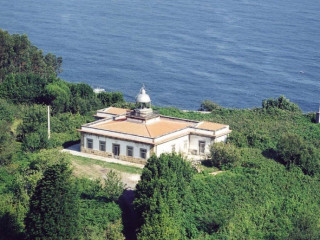 Faro de Ribadesella, uno de los faros más prestigiosos de la Costa Cantábrica